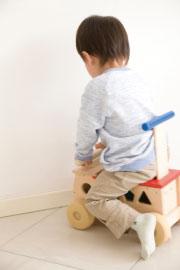 乗り物に乗って遊んでいる園児